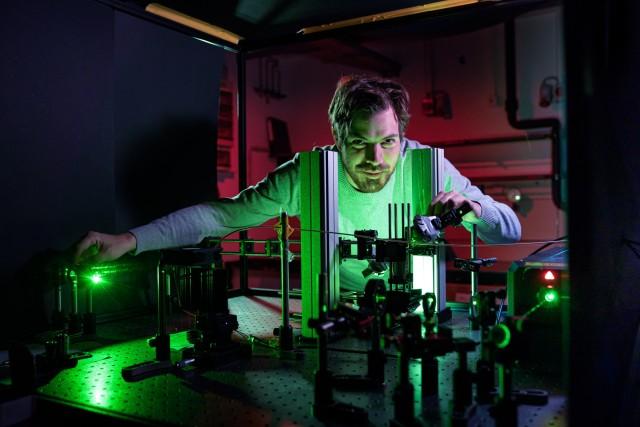 Dominik Bucher in his lab at TUM.