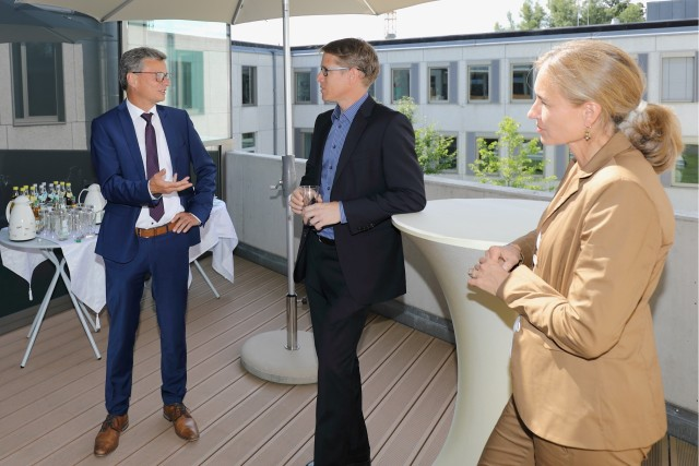 From left to right: Bernd Sibler, Stefan Filipp, and Birgit Schmid debate on cool quantum technology at a hot summer day.