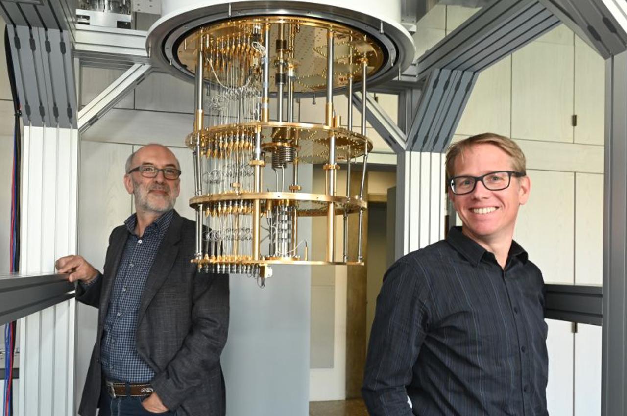 Rudolf Gross (links) und Stefan Filipp mit ihrem halb fertigen Quantencomputer im Garchinger Walther-Meißner-Institut.